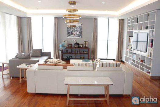 Cho thuê căn hộ 3 phòng ngủ với tiện nghi hiện đại tại Trần Hưng Đạo