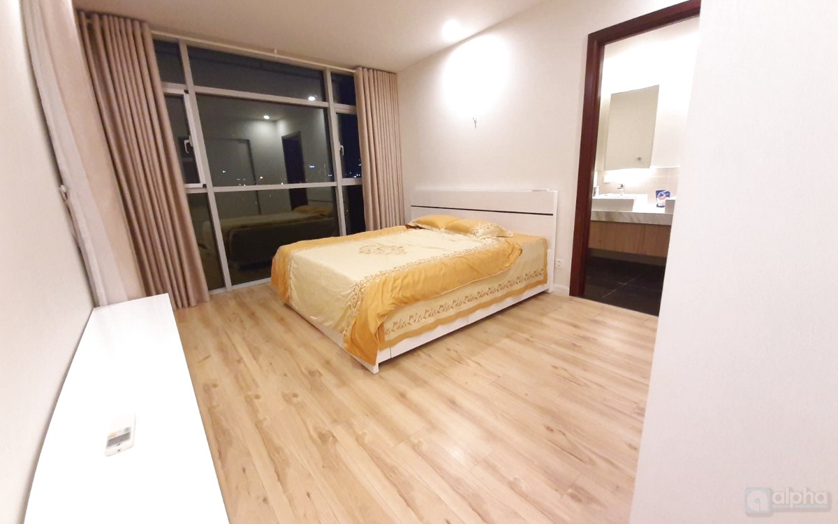 Spacious 2-bedroom apartment in Watermark, Lac Long Quan street, fully furnished.